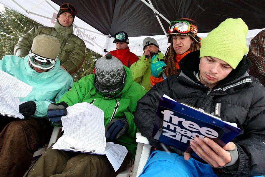 Po roční odmlce se opět konají největší freestylové snowboardové závody v České republice. Tříhvězdičkový TTR contest Quiksilver Snowjam O2 Snowboard Tour  v Peci pod Sněžkou. Na snímku porata při práci.