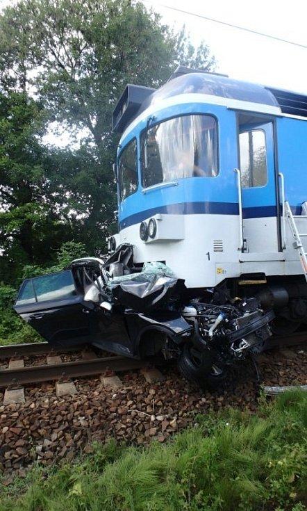 Při srážce vlaku s osobním vozem zahynuli čtyři lidé.