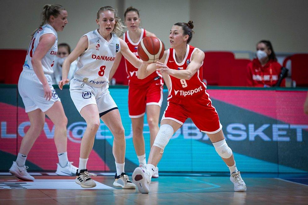 Lenka Bartáková (č. 9).