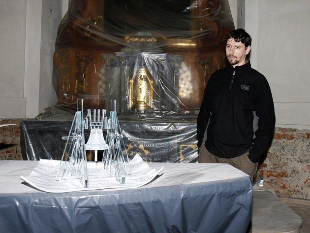 Části skleněného modelu Bílé věže dovezené do Hradce Králové.