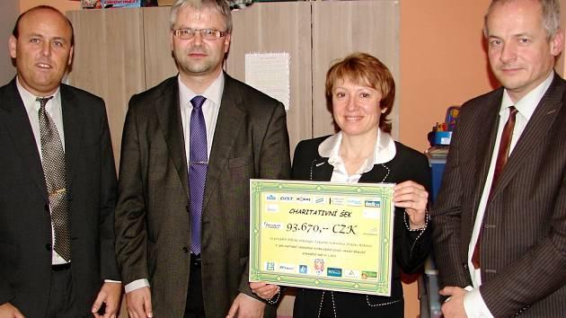 Při předání jsou zachyceni zleva Vladan Haleš (místopředseda OFS Hradec Králové), Martin Zbořil (předseda OFS Hradec), Jiřina Chládková (Dětská klinika Fakultní nemocnice Hradec Králové) a Roman Prymula (ředitel FN Hradec Králové).