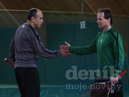 Trenéři Václav Kotal a Michal Šmarda při tenise