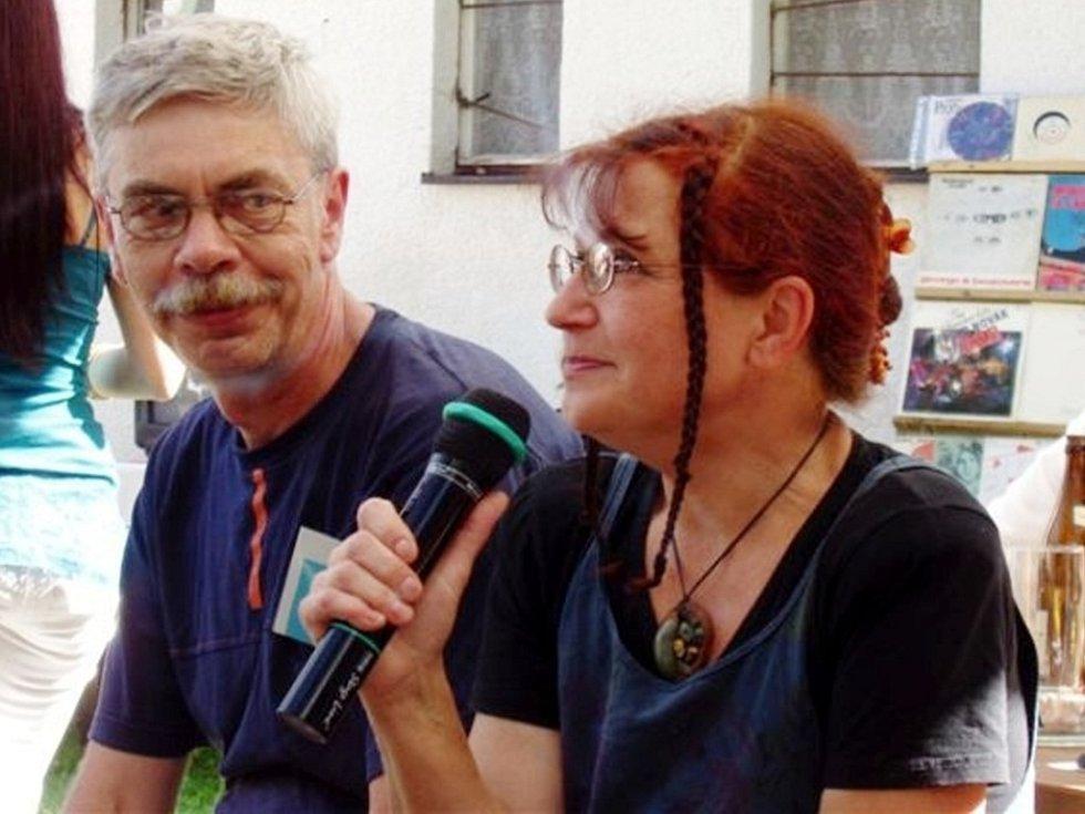 Zpěvačka Věra Mazánková - Wajsarová a baskytarista Oldřich Wajsar na setkání fanclubu Petra Nováka na Chlumu.