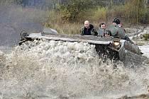 Tři tanky, pásové vozy a další obrněná technika svým řáděním tvoří brázdy na Plachtě. Vzniklé kaluže jsou tím nejvhodnějším životním prostředím pro ohrožené živočišné druhy listonoha letního a žabonožku letní.