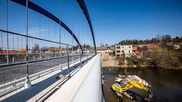 Úprava koryta řeky Orlice u svinarského mostu.