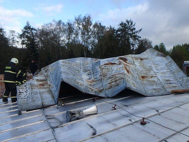 Poškozená plechová střecha v Novém Bydžově.
