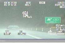 Vozidlo jedoucí po dálnici D11 rychlostí 154 km/h.