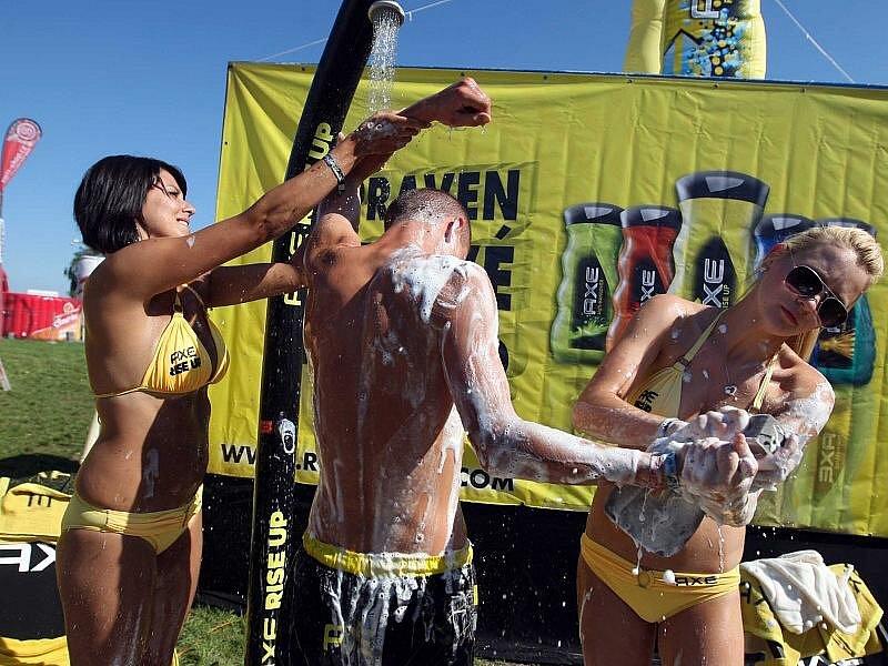 """Doprovodný program na Hip Hop Kempu 2010: dívky v plavkách myjí zájemce o """"čistotu""""."""