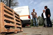 Redaktoři Hradeckého deníku se snažili v několika výkupnách s kovovými odpady prodat poklop od kanálu a dopravní značku.