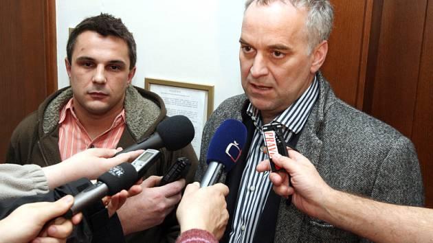 Jindřich Litomiský (vlevo) s právníkem Tomášem Narcisem