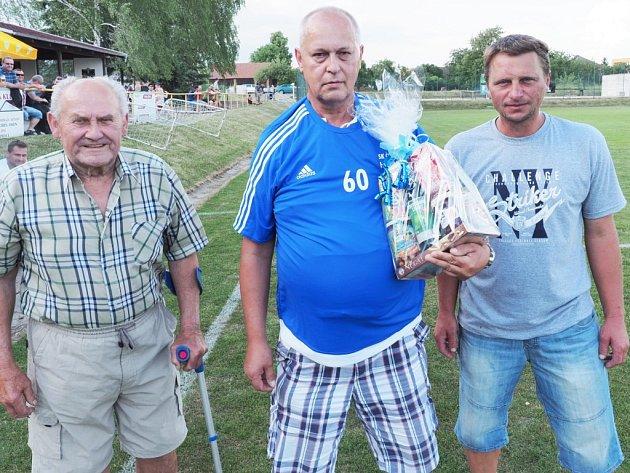 Šedesáté narozeniny oslavil funkcionář fotbalu v Hlušicích Olda Raich (uprostřed), kterému gratulovali Stanislav Strýhal (vlevo) a Jaroslav Trejbal.