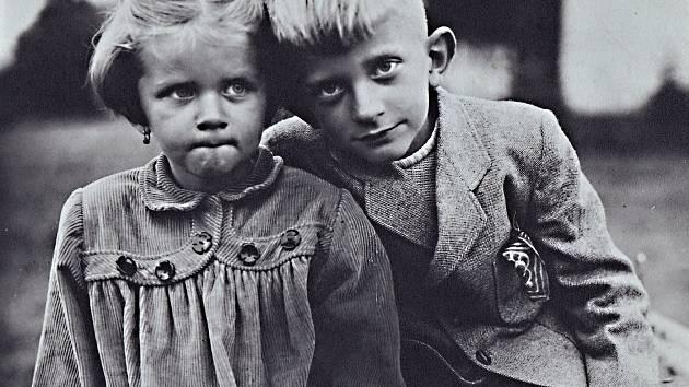 Oldřich Suchoradský se svojí sestrou před více než 65 lety v tehdy Pionýrských, dnes Šimkových sadech.