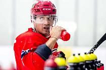 MISTR SVĚTA. Petr Koukal je světovým šampionem z roku 2010 a také bývalým kapitánem Pardubic. Včera poprvé trénoval na ledě s novými spoluhráči z týmu Hradce.