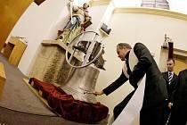 V pouchovském kostelíku se konal benefiční koncert houslového virtuóza Jaroslava Svěceného, jehož výtěžek poputuje na instalaci nového zvonu. Ten byl vystaven v kostele a posvětil ho královéhradecký biskup Jan Vokál.