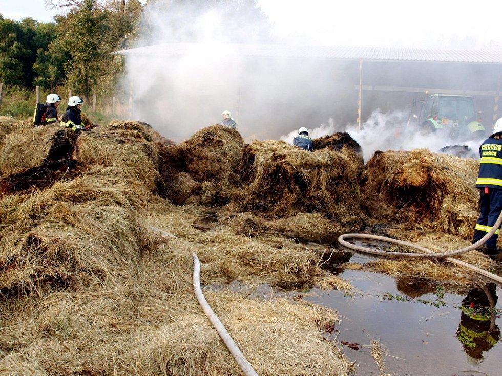 Požár balíků slámy v obci Hlušice.