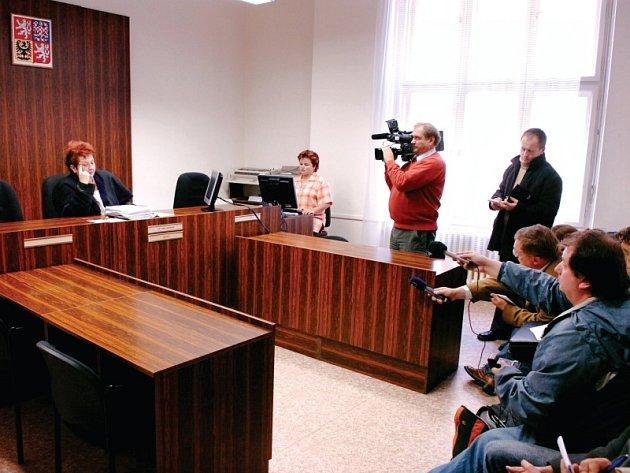Jednací síň byla při četní rozsudku prázdná, poslechnout si ho přišli jen novináři.