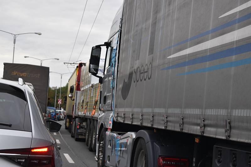 Práce v Sokolské ulici způsobují na městském okruhu velké dopravní komplikace.