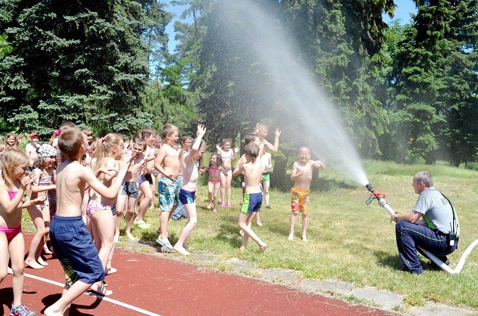 Dobrovolní hasiči mezi dětmi ze družiny královéhradecké ZŠ Pouchov.