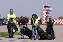 Děti pomály na hradeckém letišti s úklidem.