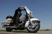 Strážníci v Hradci dostali nové motorky: Harley Davidson o obsahu 1700 cmm.