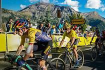 HVĚZDY V AKCI. Primož Roglič (vlevo) a za ním Julian Alaphilippe na letošní Tour de France.
