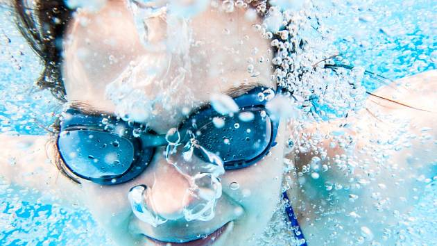 Letní osvěžení v bazénu.