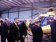 Prezident Miloš Zeman při prohlídce vrtulníku letecké záchranky.