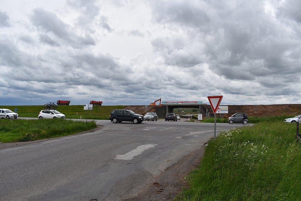 Hned trojnásobné zastoupení má mezi nejrizikovějšími místy v kraji úsek silnice I/33 mezi Hradcem Králové a Jaroměří. Provoz na rušné silnici by se měl už koncem tohoto roku zmenšit. Pomoci má nová dálnice D11.