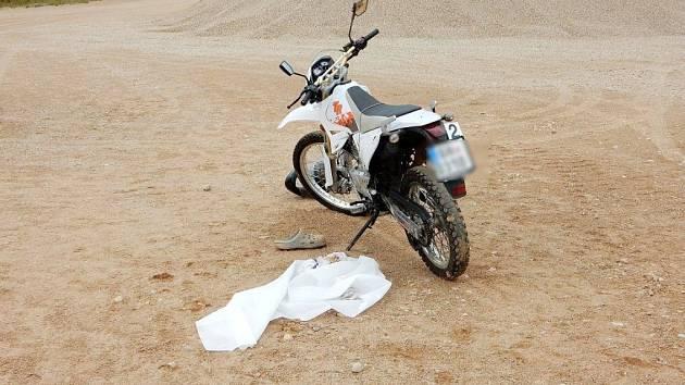 Mladíka na motocyklu zasáhl blesk.