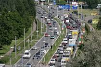 Hustý provoz na hlavním silničním okruhu v Hradci Králové.