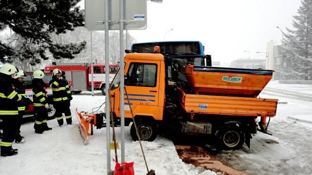 Střet autobusu MHD a posypové multikáry v Hradci Králové.