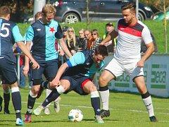 Královéhradeckým týmům se o víkendu vcelku zadařilo. Slavia (v modrém) na vlastním trávníku udolala Vrchlabí 3:2, Třebeš (v bílém) urvala cenné dva body v Hořicích.