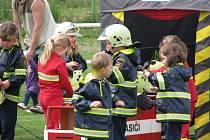"""Vystoupení malých hasičů ze Sovětic, kterým se říká Sovičky. Desítka dětí ve věku od tří do šesti let totiž bravurně převedla  akci """"Hoří nám domeček""""."""