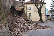 Hradby u Adalabertina se zřítily koncem března.