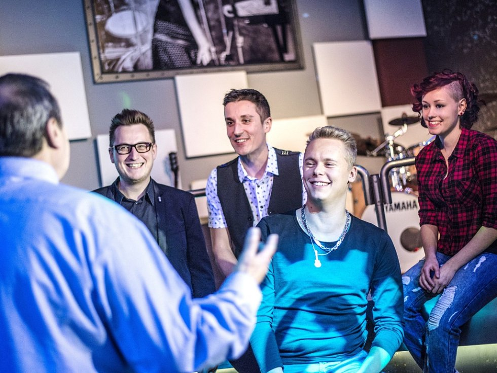 V popředí zády textař Peter Freestone, zleva kytarista Vladimír Šrámek, bubeník Tomáš Votava, zpěvák Milan Šatník a baskytaristka Lucie Růžičková.