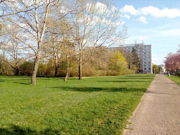 Tři budovy mají vzniknout místo zeleně vedle ulice Brněnská. Kvůli nedostatkům se projekt opět předělává.