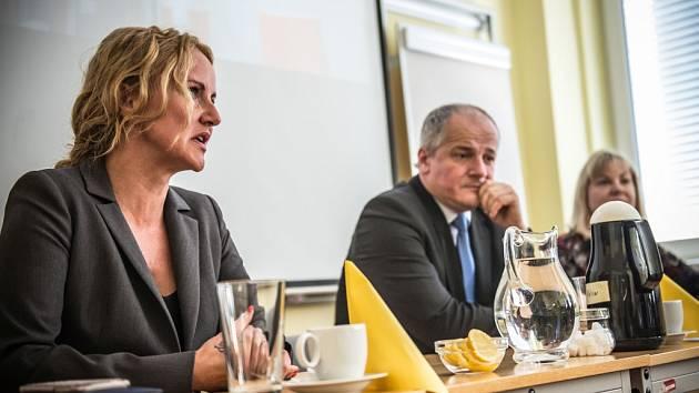 Prezidentka nadace Kapka naděje Vendula Pizingerová na návštěvě dětského hemato-onkologického oddělení Fakultní nemocnice Hradec Králové.