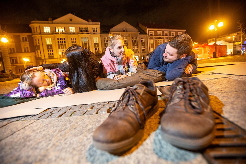 Noc venku na Baťkově náměstí v Hradci Králové.