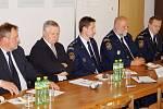 Královéhradečtí radní při pracovním jednání o požární ochraně na krajském ředitelství hasičů.