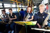 Saxofonový soubor Saxtet ze ZUŠ Střezina v trolejbusu královéhradecké MHD.