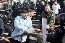Na pravidelném cvičení se včera na stadionu v Hradci Králové sešlo osmdesát policistů pěti územních odborů Královéhradeckého kraje.  Pořádková policie tak nacvičovala, jak předejít rizikům, se kterými se čas od času setkává.