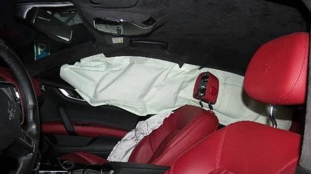 Maserati skončilo ve svodidlech. Škoda činí přes milion korun.