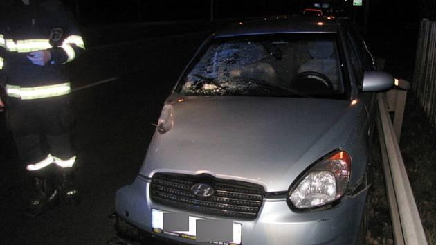 Havárie osobního automobilu Hyundai Accent na světelné křižovatce ulic Rašínova třída a Veverkova v Hradci Králové.