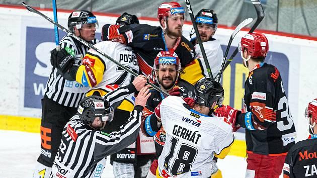 Nelítostný boj! Hradec sice vede nad Vervou 2:0 na zápasy, ale oba duely byly pořádně tvrdé. Je jasné, že se v důrazném hokeji bude pokračovat i po přesunu do Litvínova.