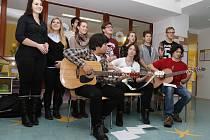 Studenti PSJG Hradec Králové zpívali v nemocnici.