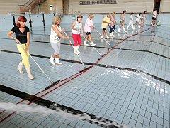 Čištění plaveckého bazénu v Hradci, 27. července 2010.