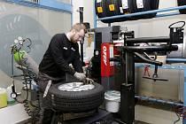 Přezouvání pneumatik v pneuservisu.