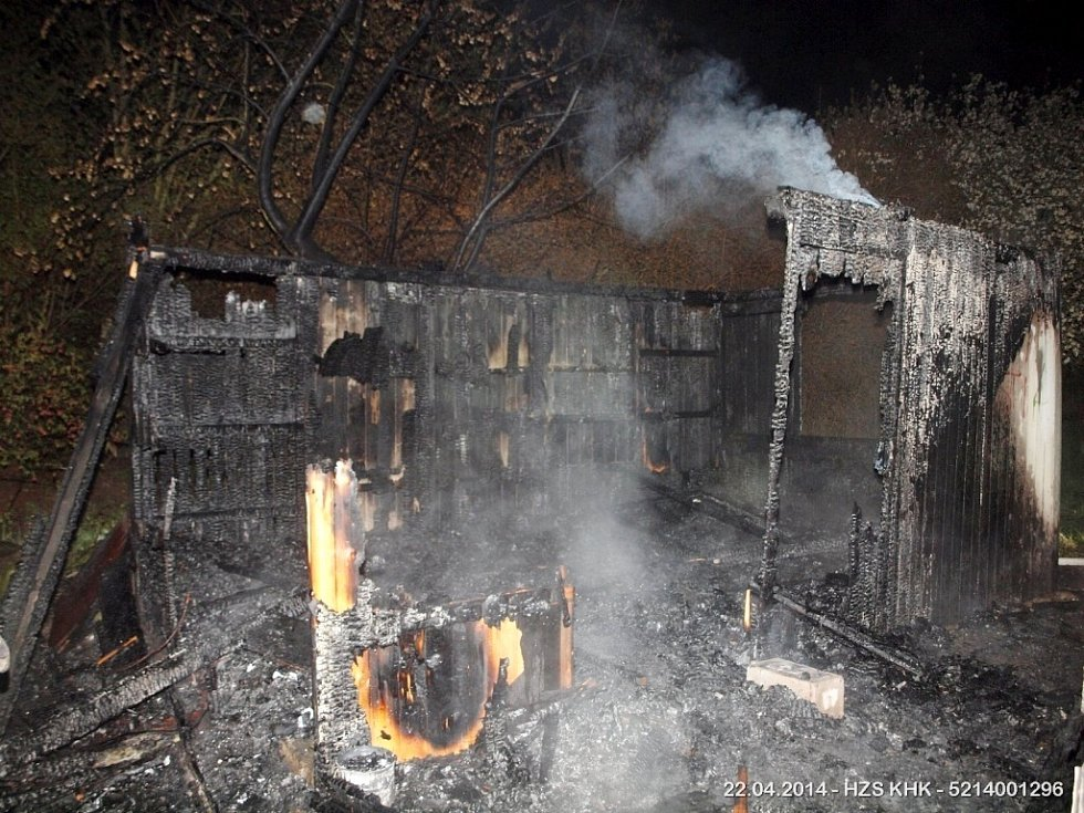 Požár dřevěného objektu v ulici Jana Černého v Hradci Králové – Věkoších.