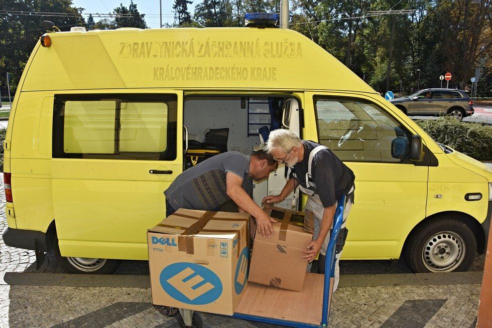Sanitka a počítače pro Ukrajinu.