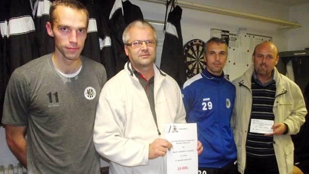 Předání šeku - zleva: Pavel Krmaš (FC HK), Martin Zbořil (OFS HK), Karel Podhajský (FC HK), Vladan Haleš (OFS HK).